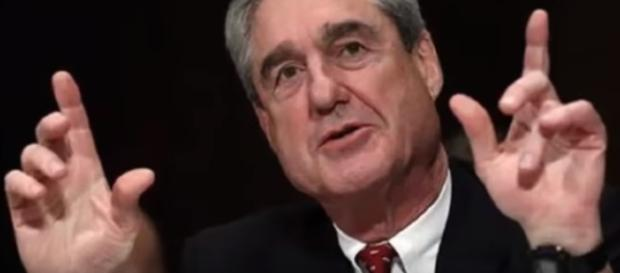 Robert Mueller's investigation looks into Mike Flynn. [Image via YouTube/Hot news]