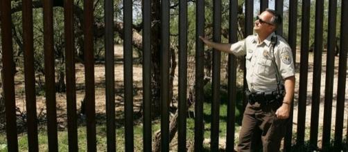 Border Patrol officer near border fence (Credit – Hillebrand Steve – wikimediacommons)