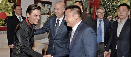 Yonghong Li in visita a Milanello: stringe la mano a Montella