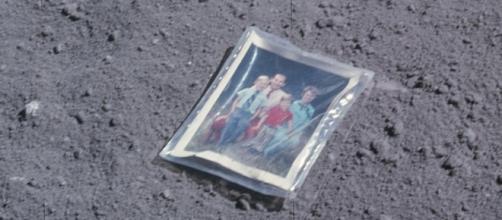 Foto deixada pelo astronauta Charles Duke, que participou de uma das últimas missões lunares, a Apolo 16