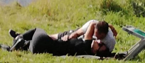 Max Allegri bacia Ambra sul prato della Val Badia