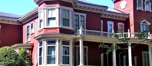 Spot the red balloon in the window of Stephen King's Bangor home [Image: YouTube/ WMTW-TV]
