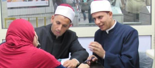 Imam che incontrano una fedele nella metropolitana del Cairo