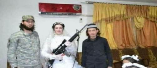 La sposa di un miliziano dell'Isis in abito nuziale imbraccia una mitragliatrice. - Foto da l'Espresso