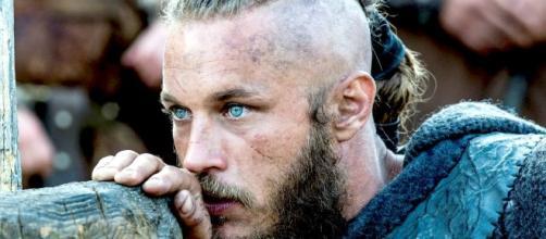 """Travis Fimmel actuando como Ragnar en la serie """"Vikingos"""""""