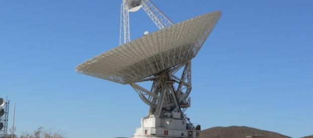 A massive NASA antenna in Goldstone, image from Wikimedia.
