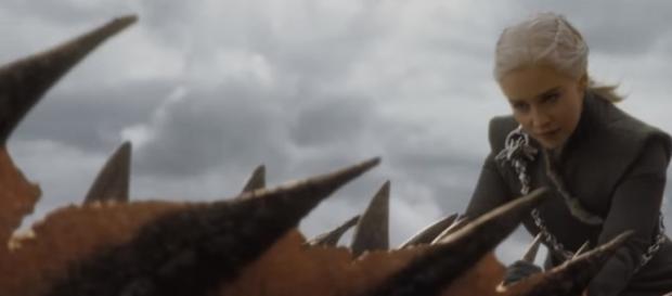 Daenerys Targaryen montada em seu dragão Drogon