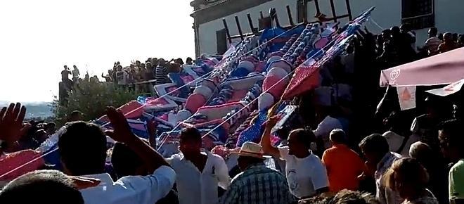 Maior andor do mundo cai sobre a multidão e faz sete feridos (com vídeo)