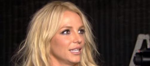 Britney Spears shows her face with no make-up. Image[E! Live from the Red Carpet-YouTube]