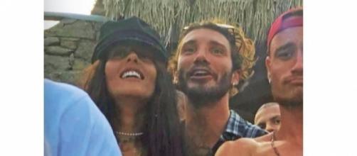Gossip: Stefano De Martino 'pazzo d'amore': baci in mezzo alla folla con Gilda.
