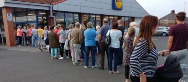 Inglesi in fila per acquistare il prosecco in offerta