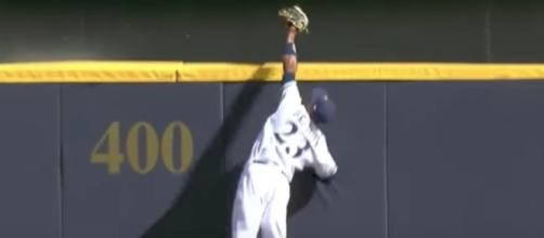 Milwaukee's Keon Broxton makes a huge catch in the outfield to prevent a ninth inning home run by the Cardinals. [Image via MLB/YouTube]