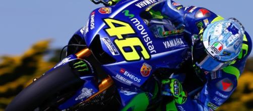 Valentino Rossi, infortunio in allenamento: frattura di tibia e perone