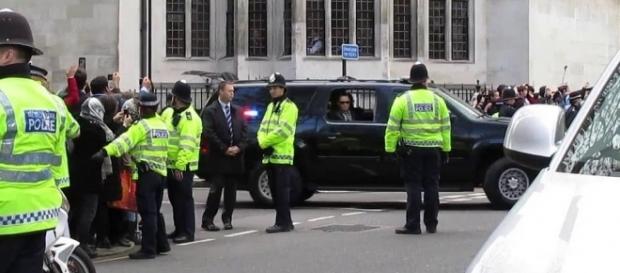 Police officers and Secret Service for President Obama / [Image by David Holt via Flickr, CC BY 2.0]