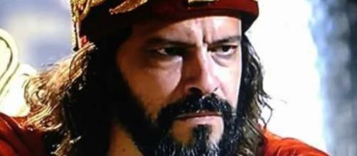 Nabucodonosor preocupa Amitis na novela (Foto: Reprodução/RecordTV)