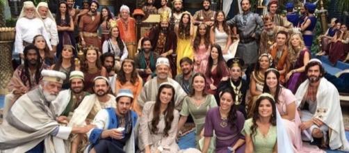A foto oficial: noivos e noivas ao lado dos convidados no jardins da rainha Amitis