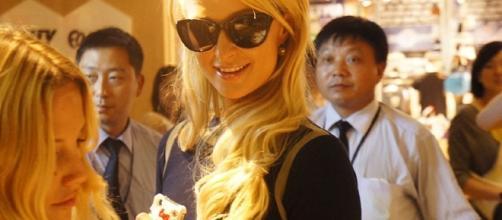 Paris Hilton during an event / Photo via JuneAugust, Wikimedia Commons