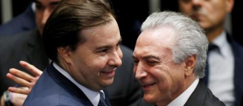 Rodrigo Maia e Michel Temer comemoram o resultado do arquivamento da denúncia por corrupção