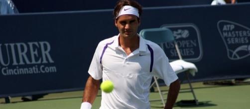 Roger On Court / James Barrett, https://commons.wikimedia.org/wiki/