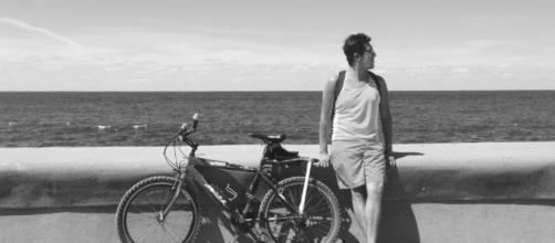 Un turista en el malecón de La Habana