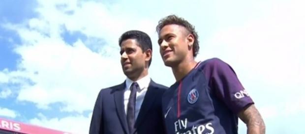 Neymar ao lado do presidente do PSG