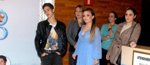 João Guilherme e Larissa manoela aparecem juntos, mas com cara de poucos amigos
