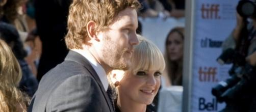 Chris Pratt and Anna Faris smile for the cameras/Photo via Wikimedia Commons