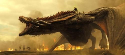 Daenerys, montada en Drogon, caldea los ánimos con los Lannister, como ya hiciera su padre Aegon.