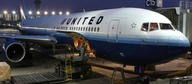 United Airlines flight from Maui to Chicago was delayed by 24 hours [Image: Wikimedia by Lasse Fuss/CC BY-SA 2.0]