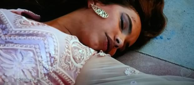 Shamiran é derrubada da escada (Foto: Reprodução/RecordTV)