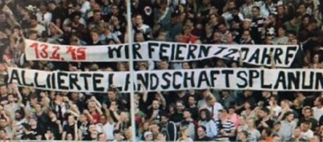 Il vergognoso striscione degli ultras antifa del St. Pauli che festeggia i bombardamenti su Dresda