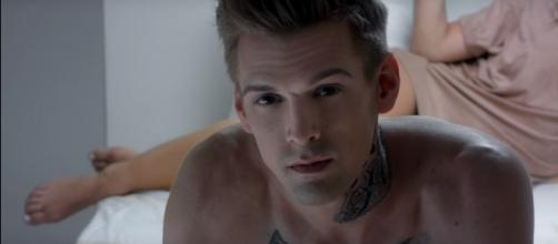 Aaron Carter steps out after coming out as bisexual. (YouTube/AaronCarterVEVO)