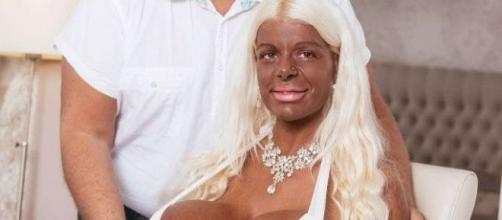La donna con il seno più grande al mondo cambia il colore ...