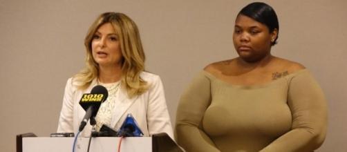 Quantasia Sharpton (direita) está acusando Usher