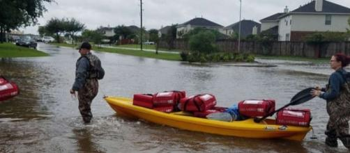 A Pizza Hut in the Houston area delivered hot pizzas to residents by kayak [Image: YouTube/CBSDFW]