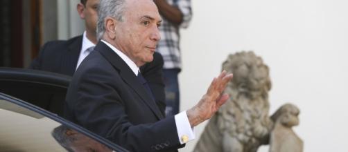 Presidente Michel Temer cumprimentando o público