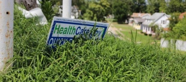 A sign advertising Healthcare.gov / [Image by Paul Sableman via Flickr, CC BY 2.0]