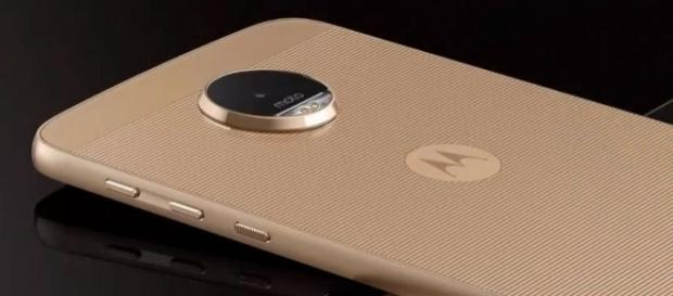 The Moto X4 is slated to hit the shelves in fall. [Image via YouTube/Aban Tech/]
