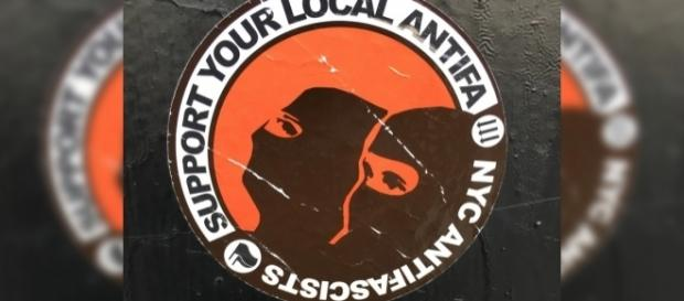 Antifa stickers recruiting supporters. / [Image by Oinonio via Flickr, CC BY-SA 2.0]