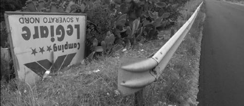 Il cartello capovolto del Camping Le Giare.