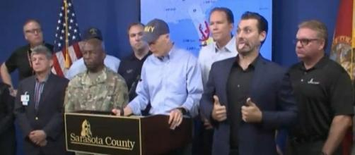 Sign language interpreter stole the show at Gov. Rick Scott's Irma press conference [Image: YouTube/CHANNEL90seconds newscom]
