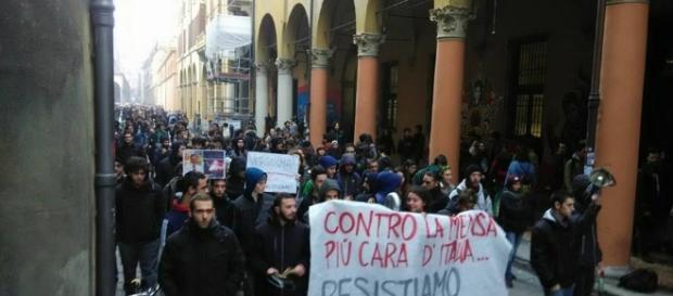 Un momento della manifestazione, alla quale hanno partecipato oltre cinquemila persone, per una nuova sede a Làbas
