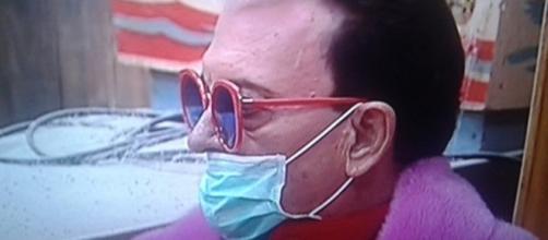Cristiano Malgioglio ha indossato una mascherina dopo essere entrato a 'tristopoli'