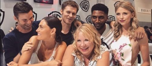 Julie Plec e o elenco de The Originals na Comic-Con 2017 (Foto: Reprodução/WB)