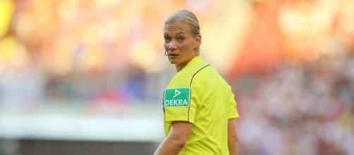Voici Bibiana Steinhaus : la première femme à officier dans un match de grand championnat européen