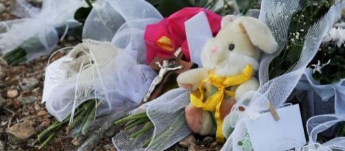Fiori sul luogo di ritrovamento del corpo di Noemi Durini, la sedicenne uccisa dal fidanzato