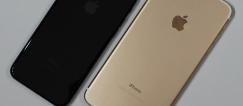 """Photo of an Apple iPhone 7 in """"jet black"""" and an Apple iPhone 7 Plus in """"gold"""" by Maurizio Pesce/Wikimedia Commons"""