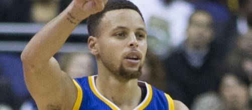 Stephen Curry dribbling 2016 [Image by Keith Allison |Wikimedia Commons| Cropped | CC BY-SA 2.0]
