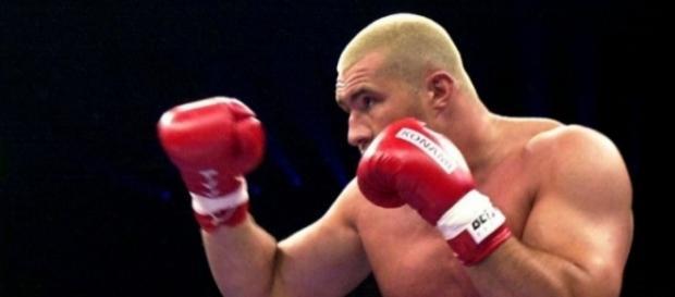 A Annecy, un champion du monde de kick-boxing sauve un chauffard d ... - bfmtv.com
