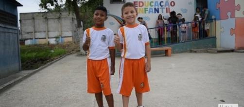 Crianças usando o novo uniforme escolar de Belford Roxo